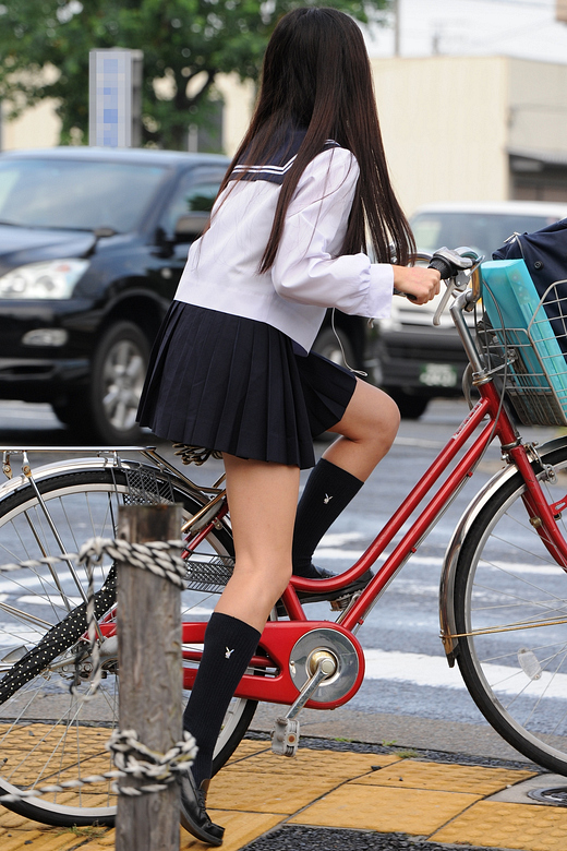 足が細くて綺麗な女子校生に視線は集中!