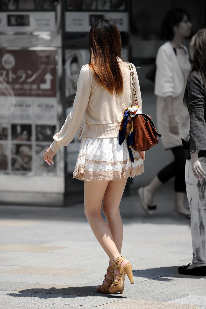 色白美脚のモデル風のお姉さんを街撮り!