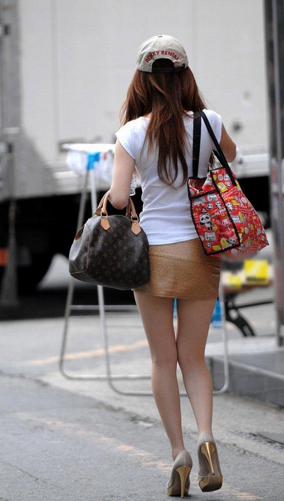 脚の綺麗なお姉さんがミニスカート履いてる!