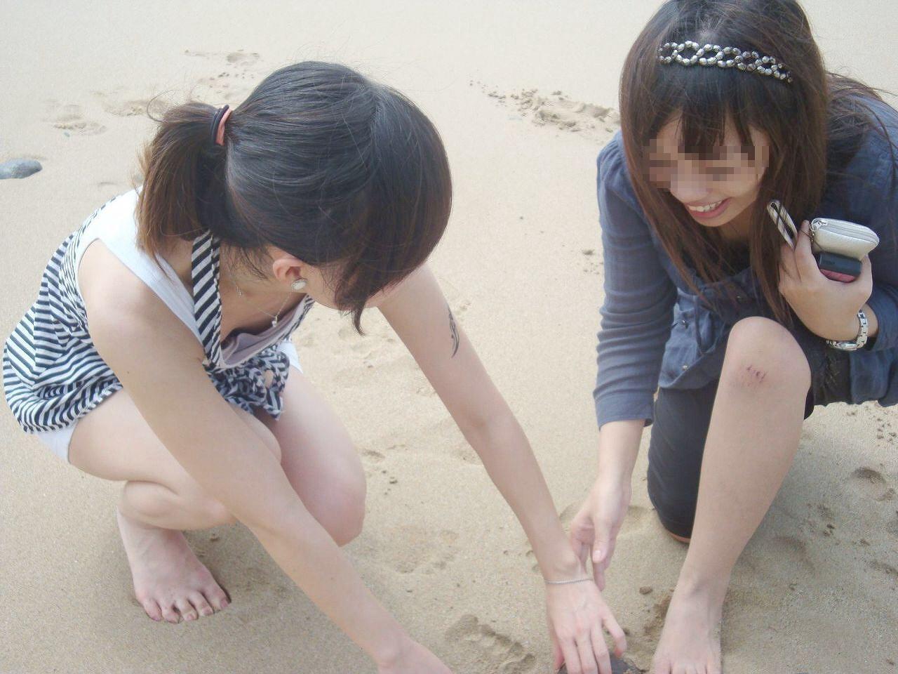 砂浜で素人女性たちが胸チラしてる!