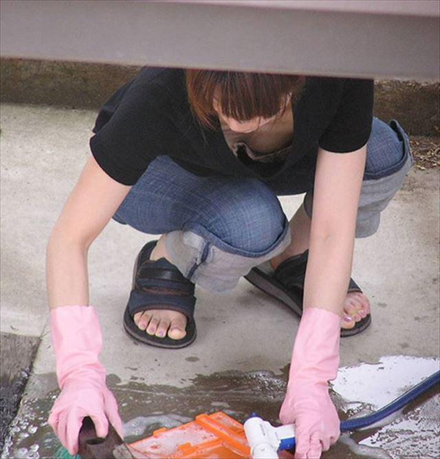 掃除してる女性の無防備な胸チラを盗撮!