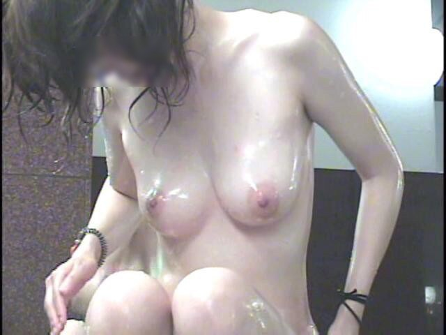 美しい巨乳と乳首に思わず見惚れた!