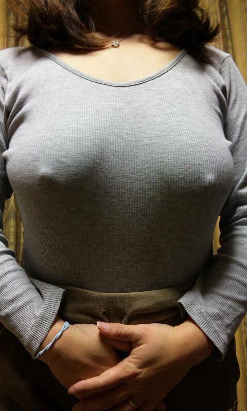 ノーブラニットで乳首がクッキリだよ!