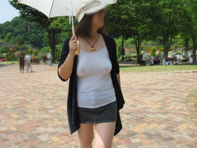 ノーブラで公園を散歩してる熟女おばさん!