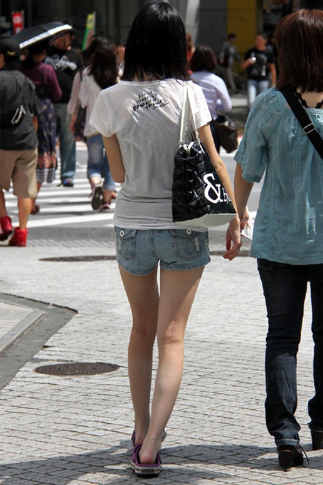 素人のモデルのような美脚に見惚れてしまう!