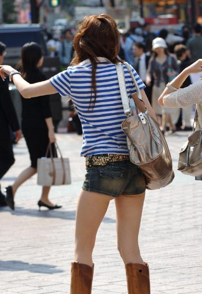 街中でショーパン女性の美脚を真剣に見る!