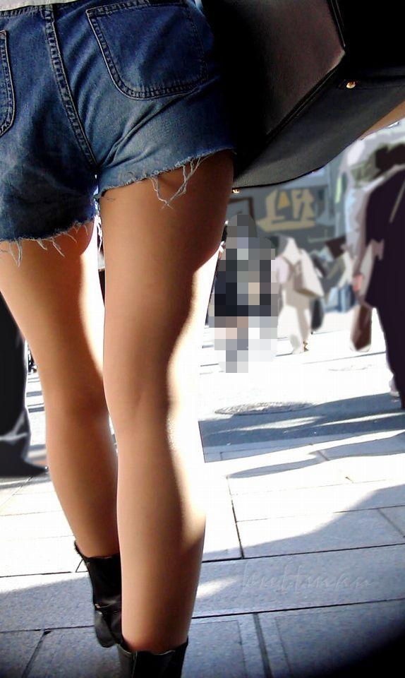 美脚女性にかなり接近して撮影してる!