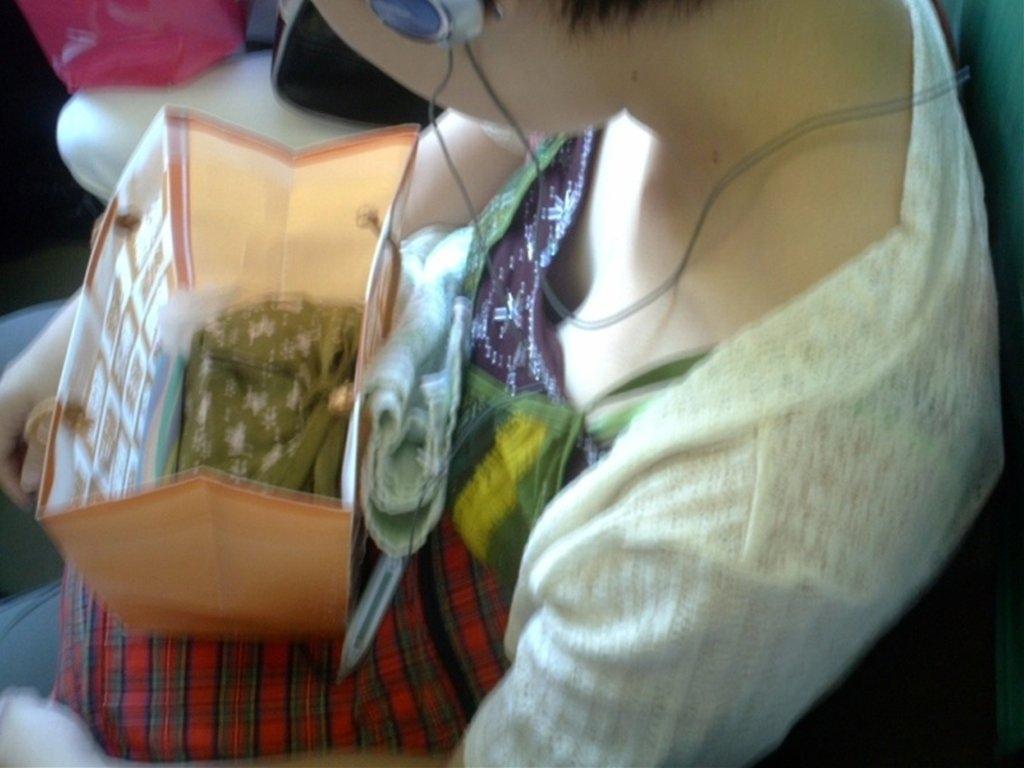 電車内で自然に見える素人さんの胸チラ!