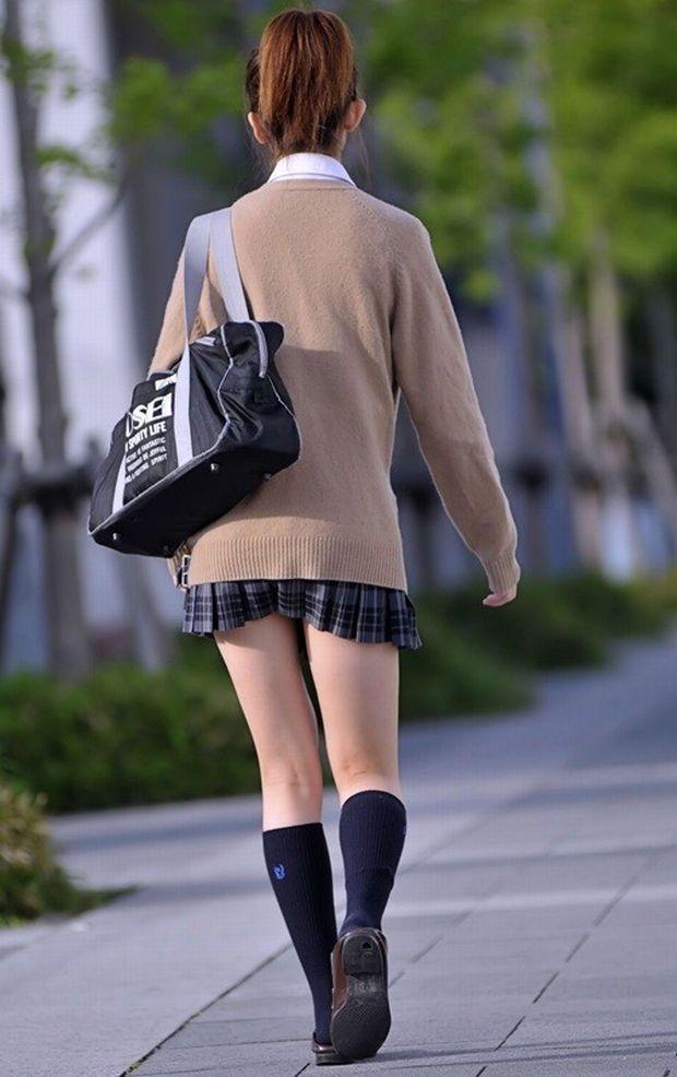 後姿がセクシーな女子校生の美脚を捉える!