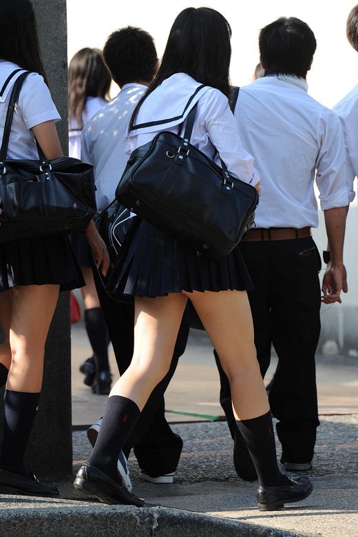 ミニスカ女子校生のお尻が見えそうで堪らん!
