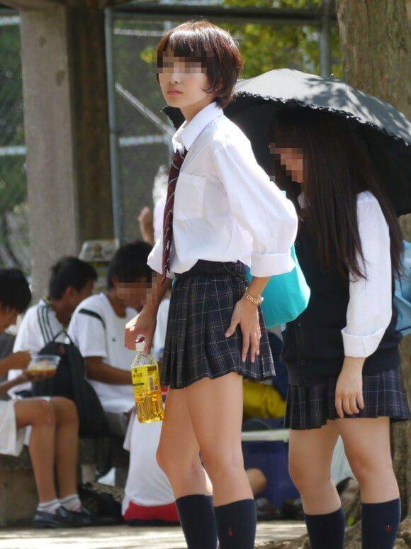ショートカットが可愛い女子校生の綺麗な足!
