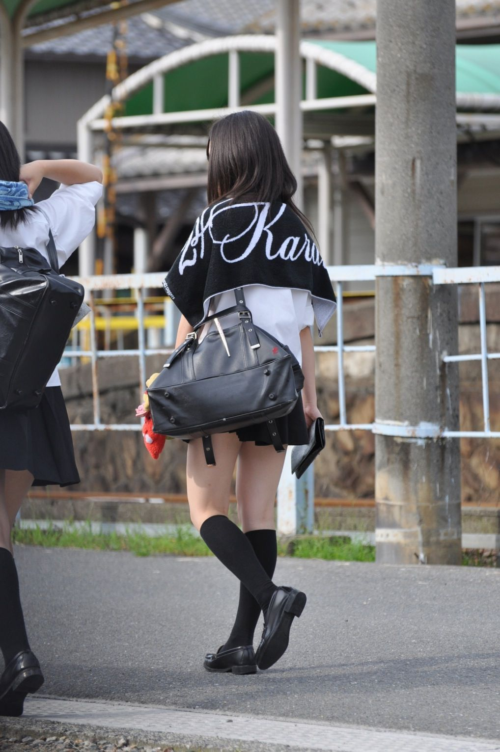 女子校生の形の綺麗な美脚に見惚れる!