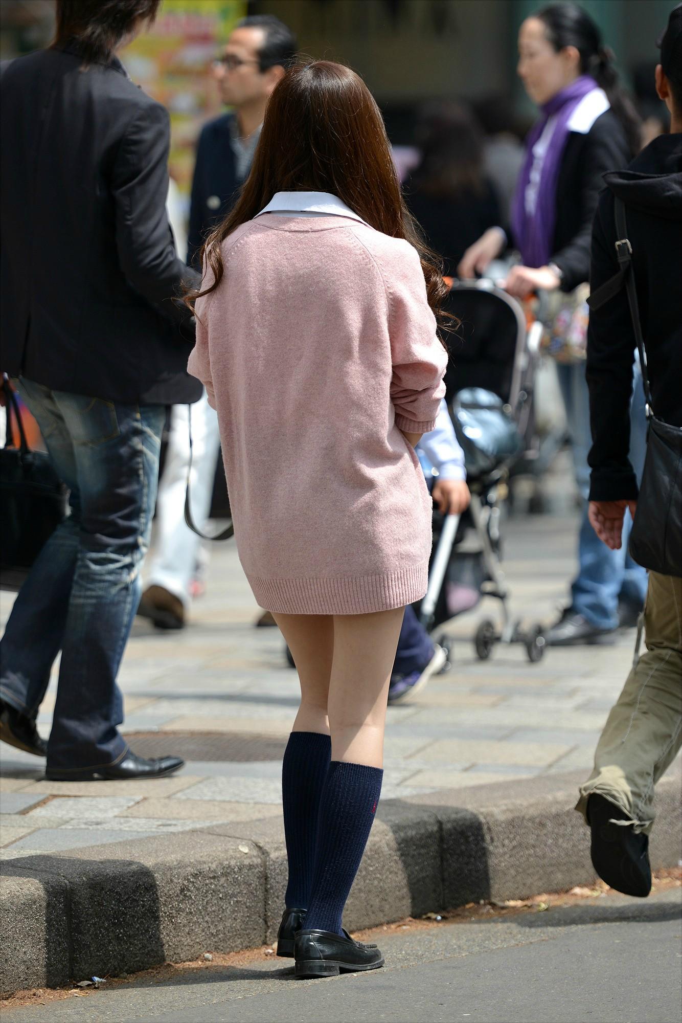 ピンクカーディガン着たJKの美脚が堪らん!
