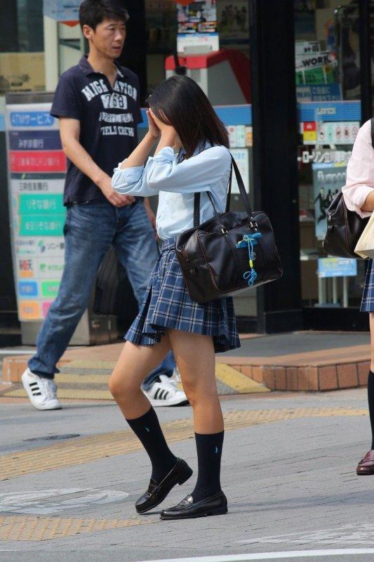 制服女子校生の健康的な生足を街撮り!