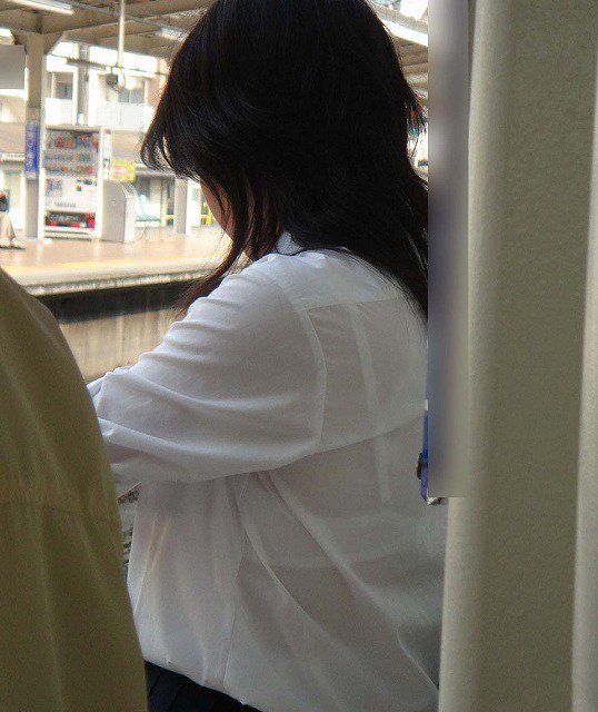 電車待ちの女子校生の透けブラを接写撮り!