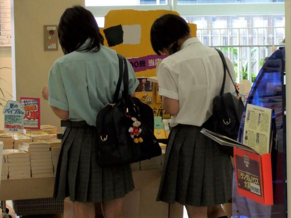本屋で立ち読みするJKのブラが透けてる!