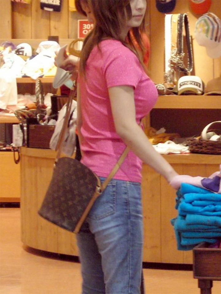 買い物中の激カワ素人のパイスラを横から撮影!