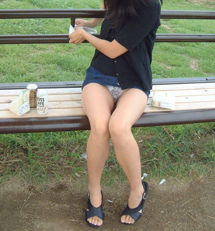 超ミニスカお姉さんがベンチに座り下着丸見え!