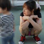 【人妻パンチラ盗撮エロ画像】子育て中の奥さんはパンツが見えても全く気にしない!