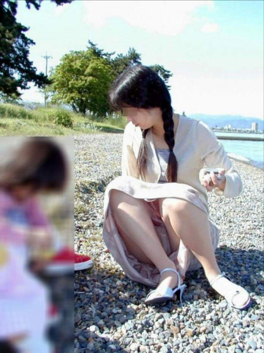 子供と遊んでる人妻のパンツを激写!