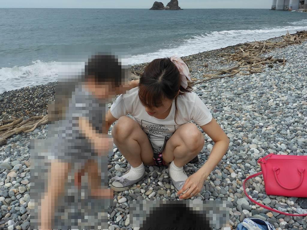 海岸でパンチラしてる子連れママがエロい!