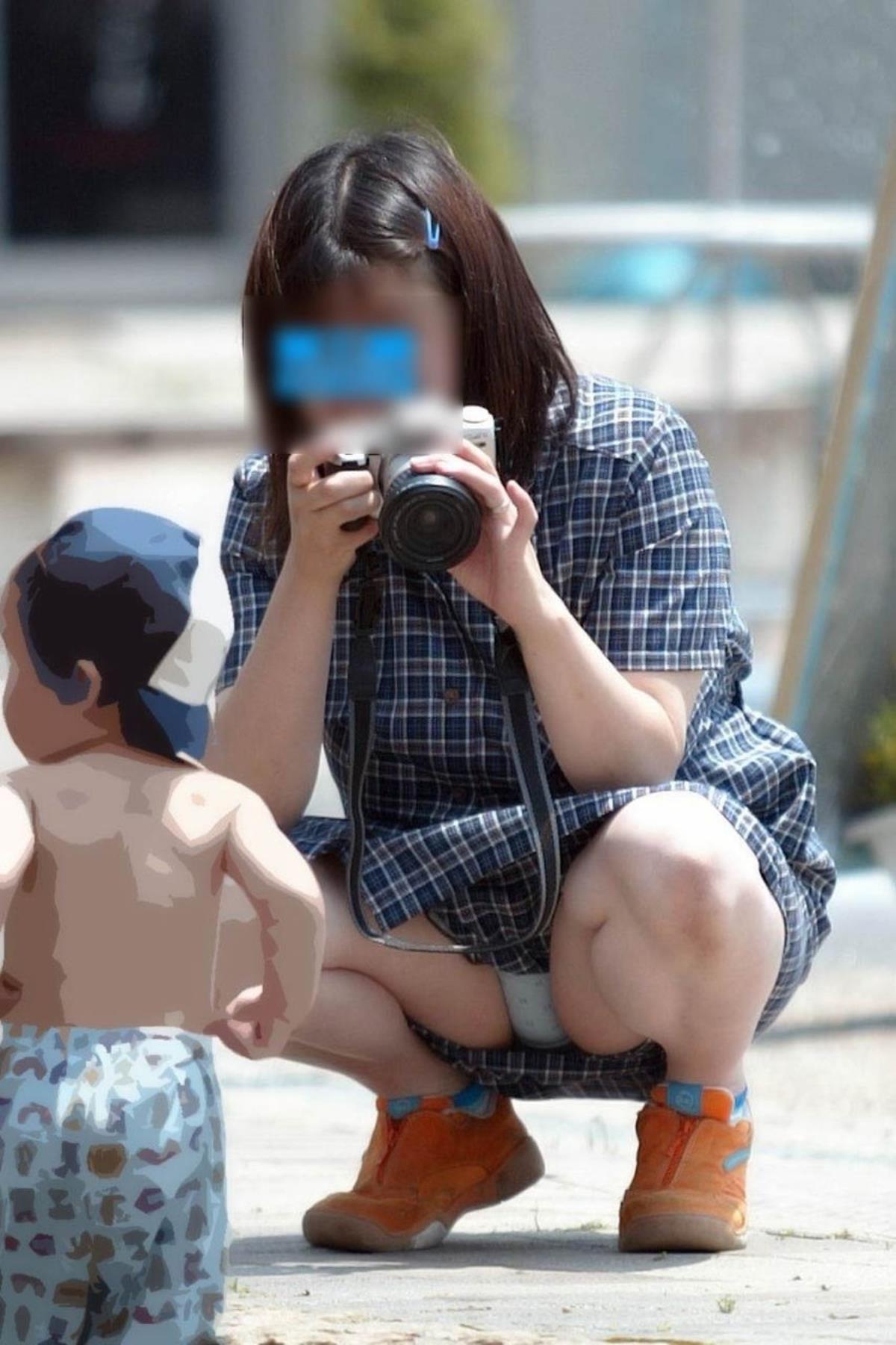 子供の写真を撮りながらパンチラしてる!