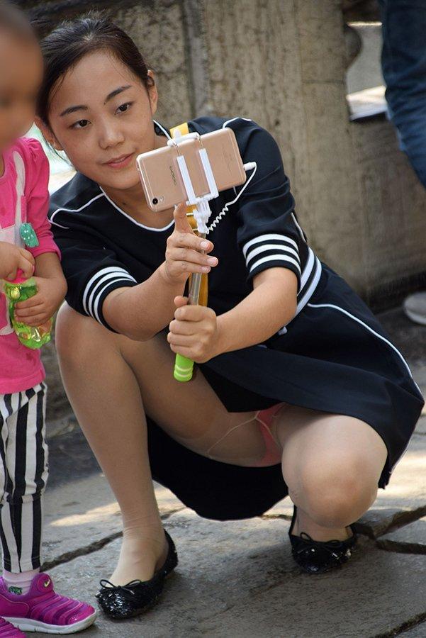 子供と自撮りしながらパンツ丸見え!