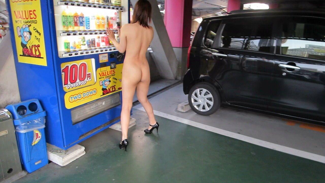 駐車場で全裸になってる変態女のお尻に注目!
