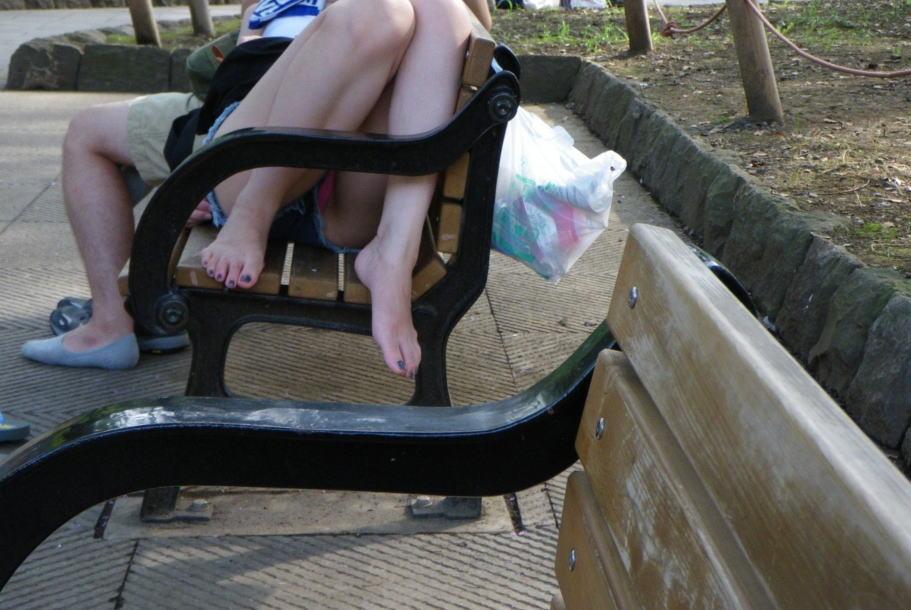公園のベンチでパンチラしてる素人を盗撮!