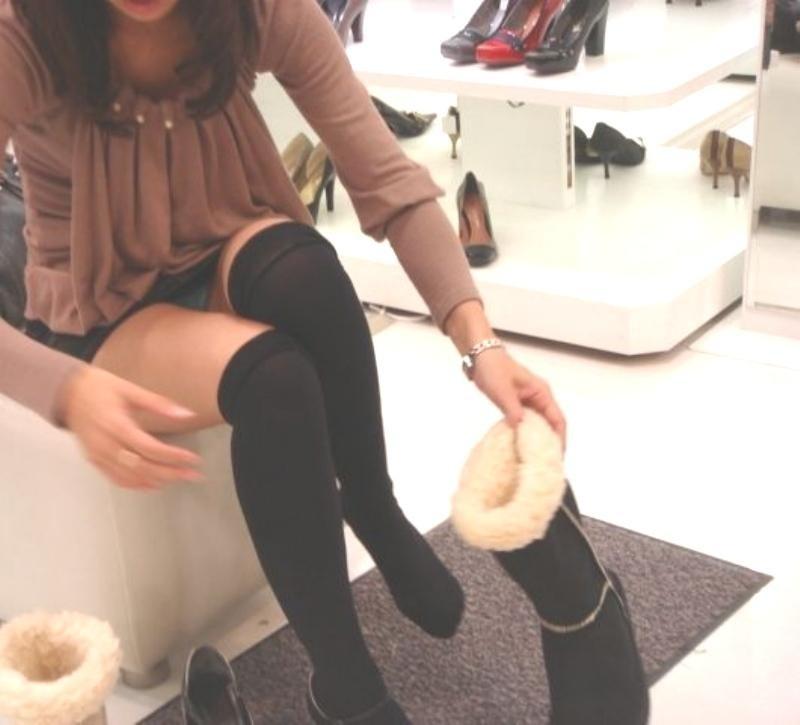 美女がブーツを履こうとしてパンチラ!