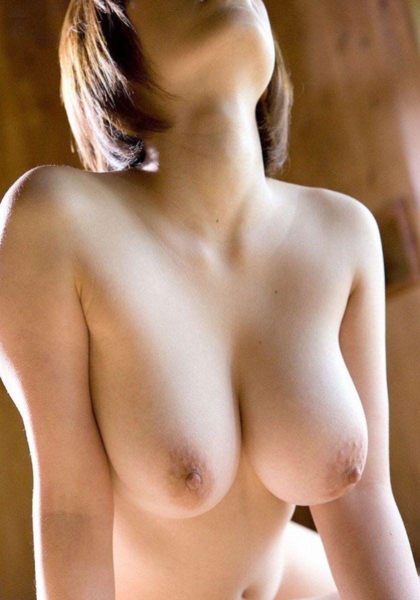 スタイル良い女性の大きな胸に魅了されてしまう!