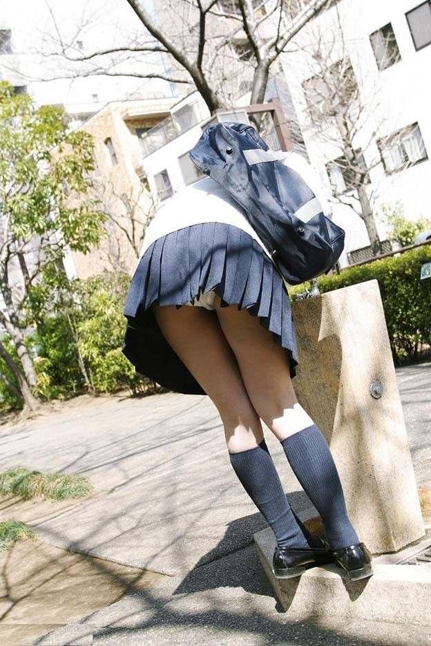 公園でお水を飲んでる女子校生がパンチラ!