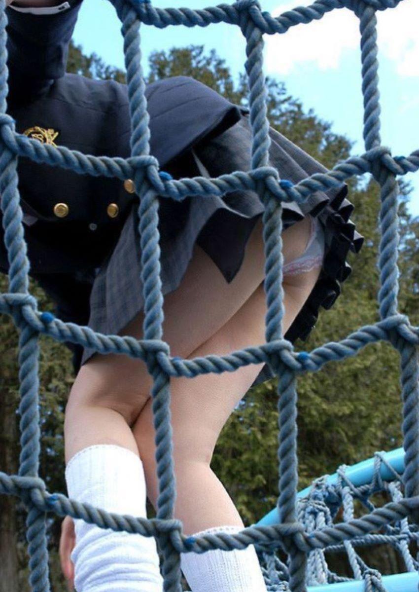女子校生が公園のアスレチックでパンチラ!