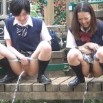 【JKオシッコ盗撮エロ画像】学校帰りに野外で勢いよく放尿する女子校生を目撃!