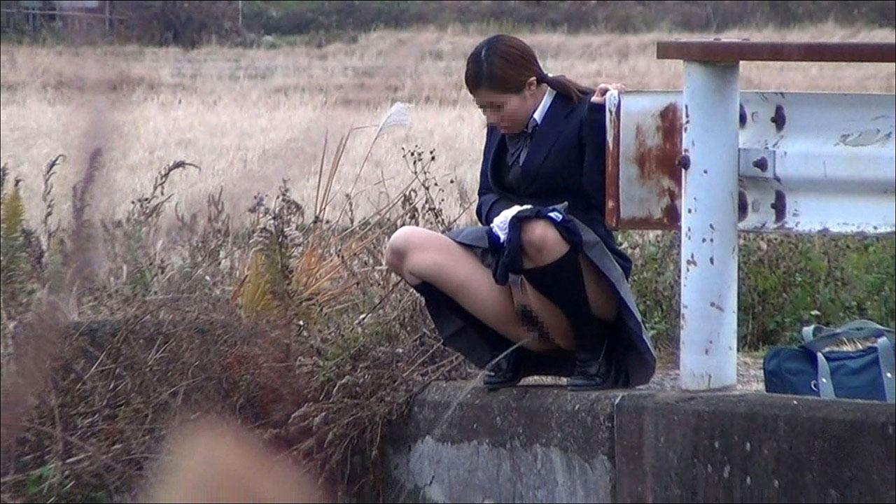 女子校生が放尿して綺麗な放物線を描いてる!