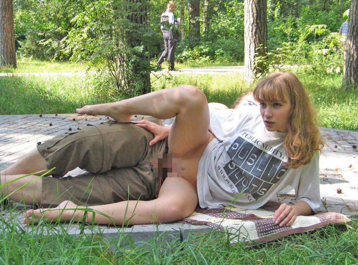 野外で寝バックで犯されてる金髪美女!