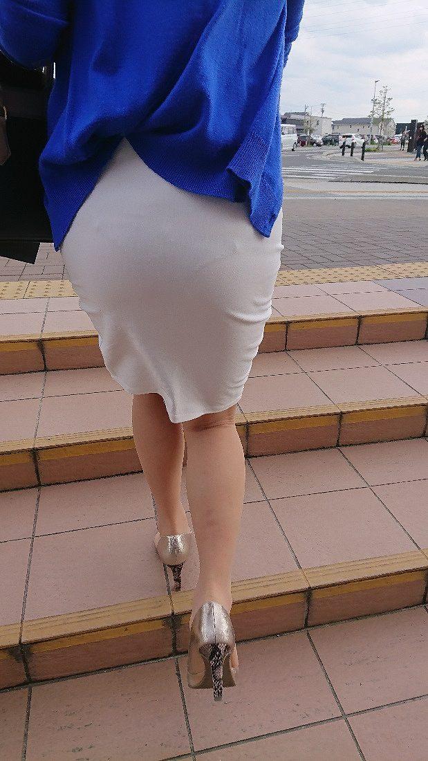タイトスカートから薄っすら透けてるパンツ!