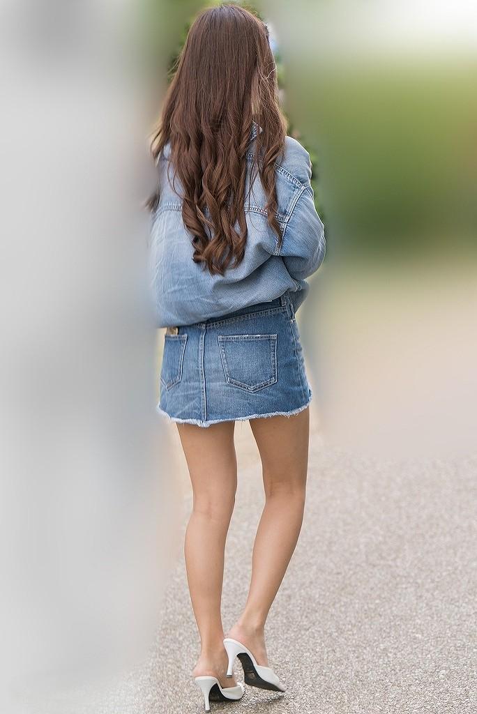 美脚が色っぽすぎるミニスカの素人美女!