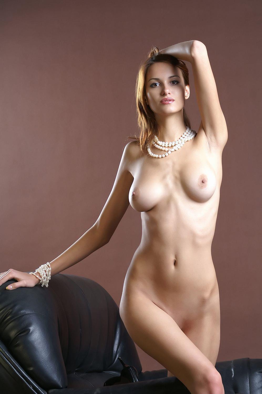 スタイル抜群の美人女性の美乳にソソられる!