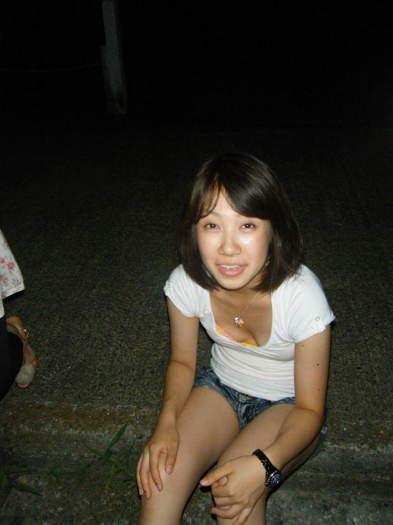 ホットパンツのお姉さんの胸チラ盗撮!