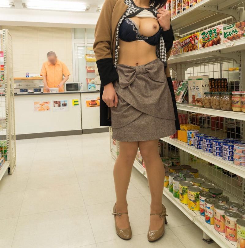 お店の中で片乳だけを露出する変態素人!