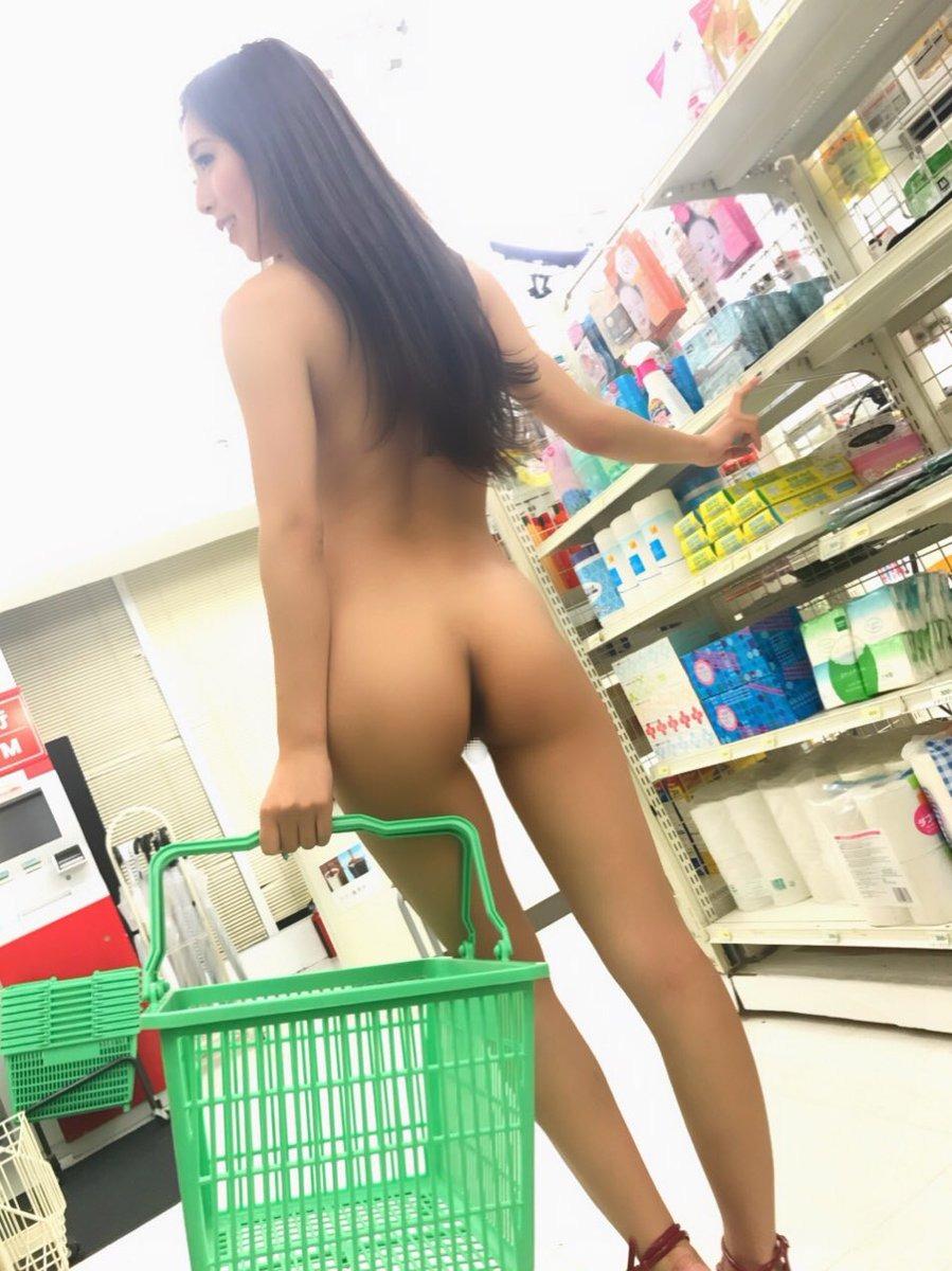 スタイル抜群の美女が全裸姿で買い物!
