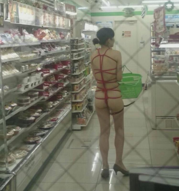 体をロープで緊縛して買い物する変態素人!