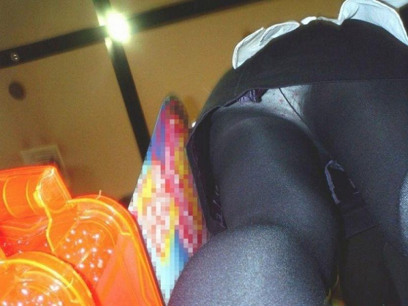 黒パンストから透けてるパンツを盗撮!