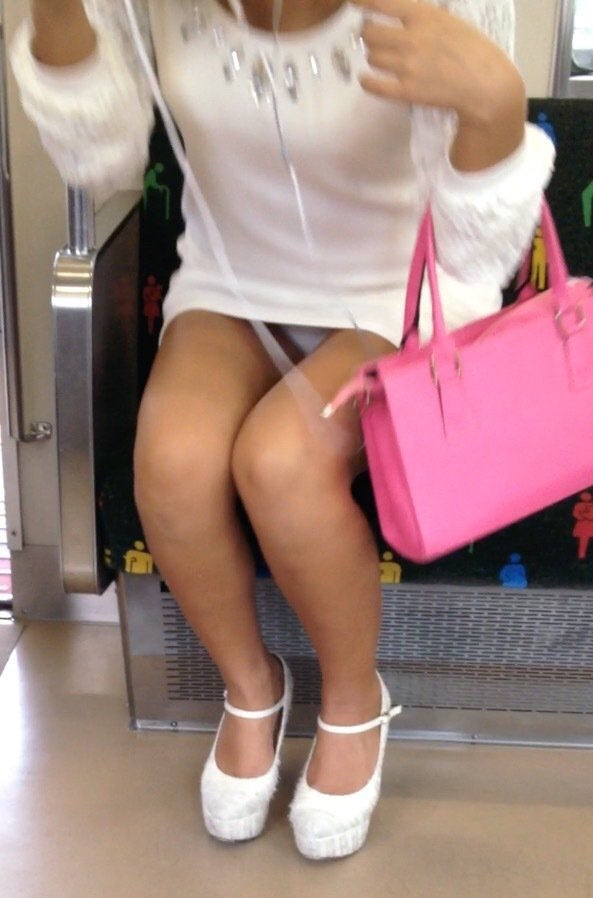 電車の中で美脚女性のパンチラを盗撮!