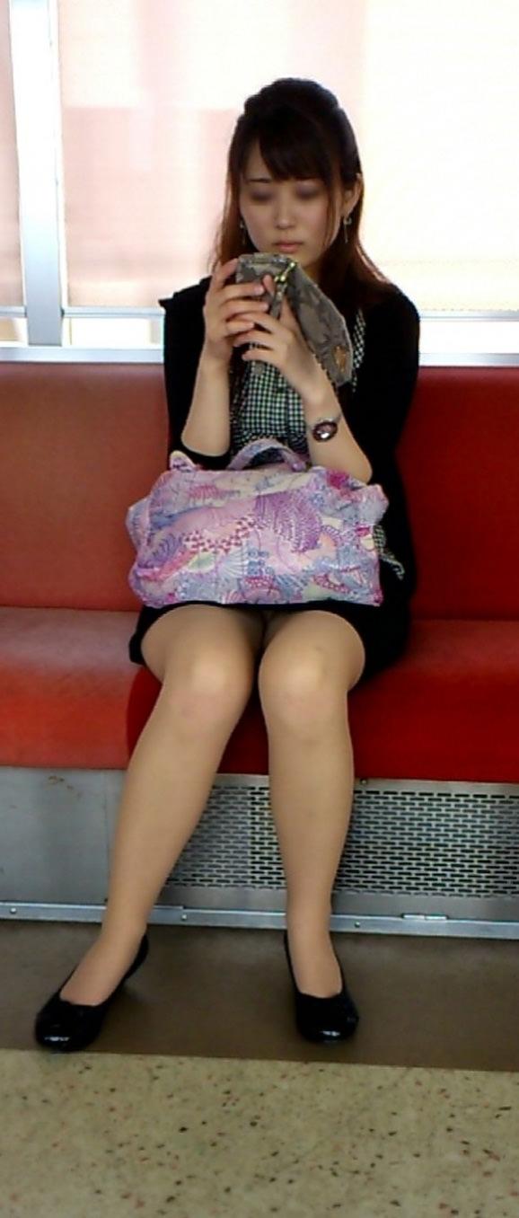 対面に座ってる美女OLのパンツを眺める!