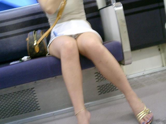 ミニスカ美脚の女性のパンチラを盗撮!