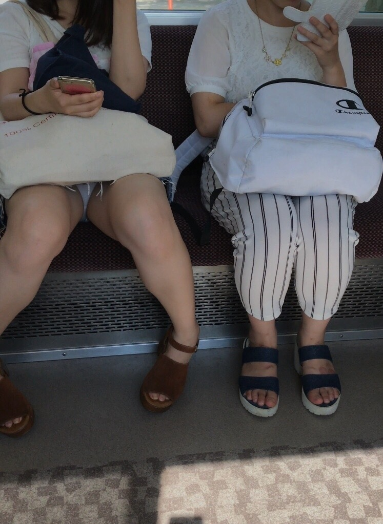 対面席に座る女の子の下着を堪能する!