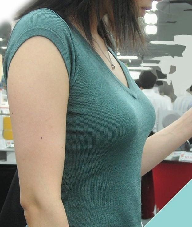 間近で見る着衣巨乳が素晴らしい!