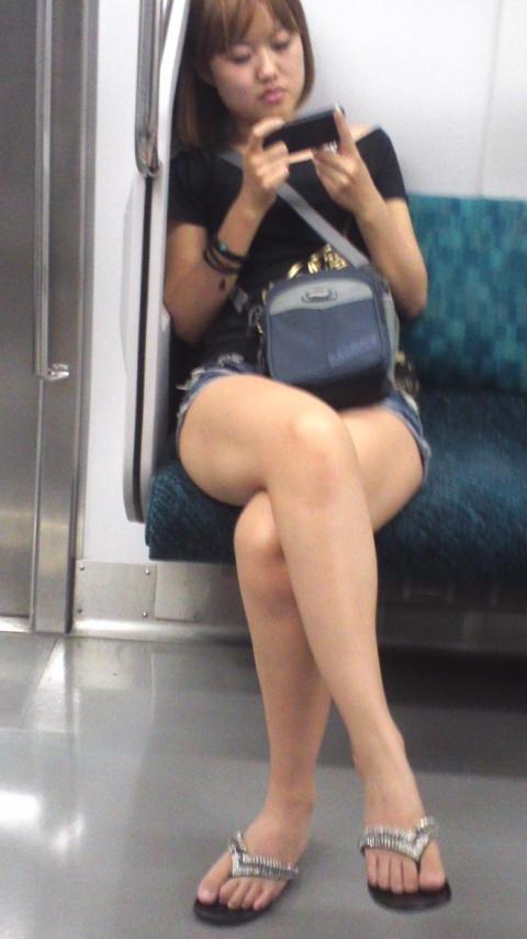足組みしてるお姉さんの美脚を隠し撮り!